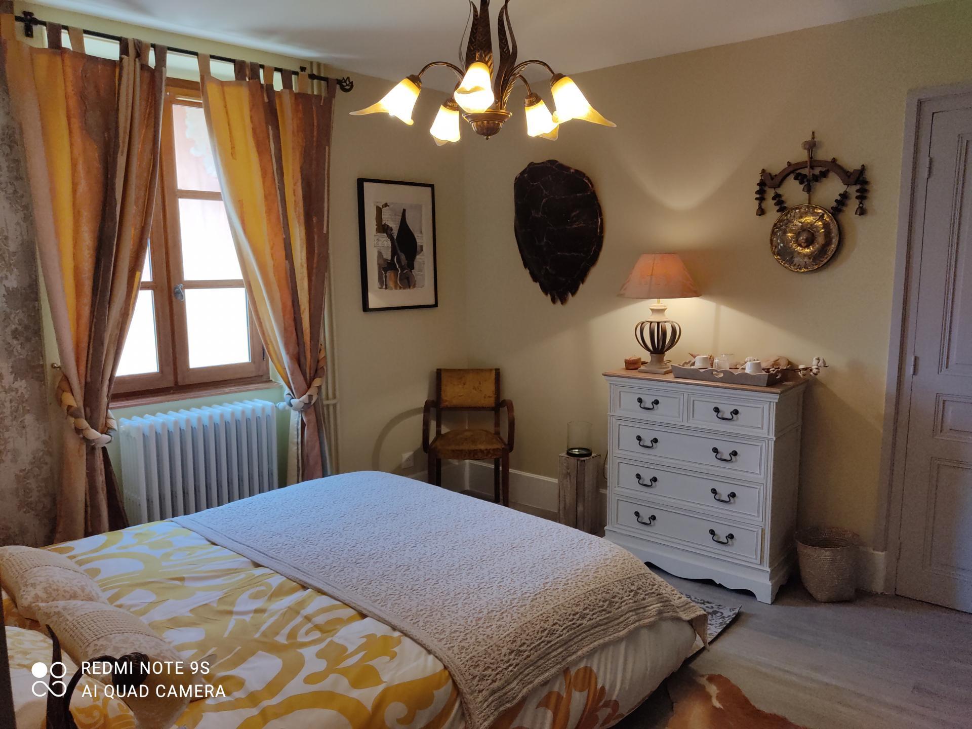 Chambre jaune vue du lit